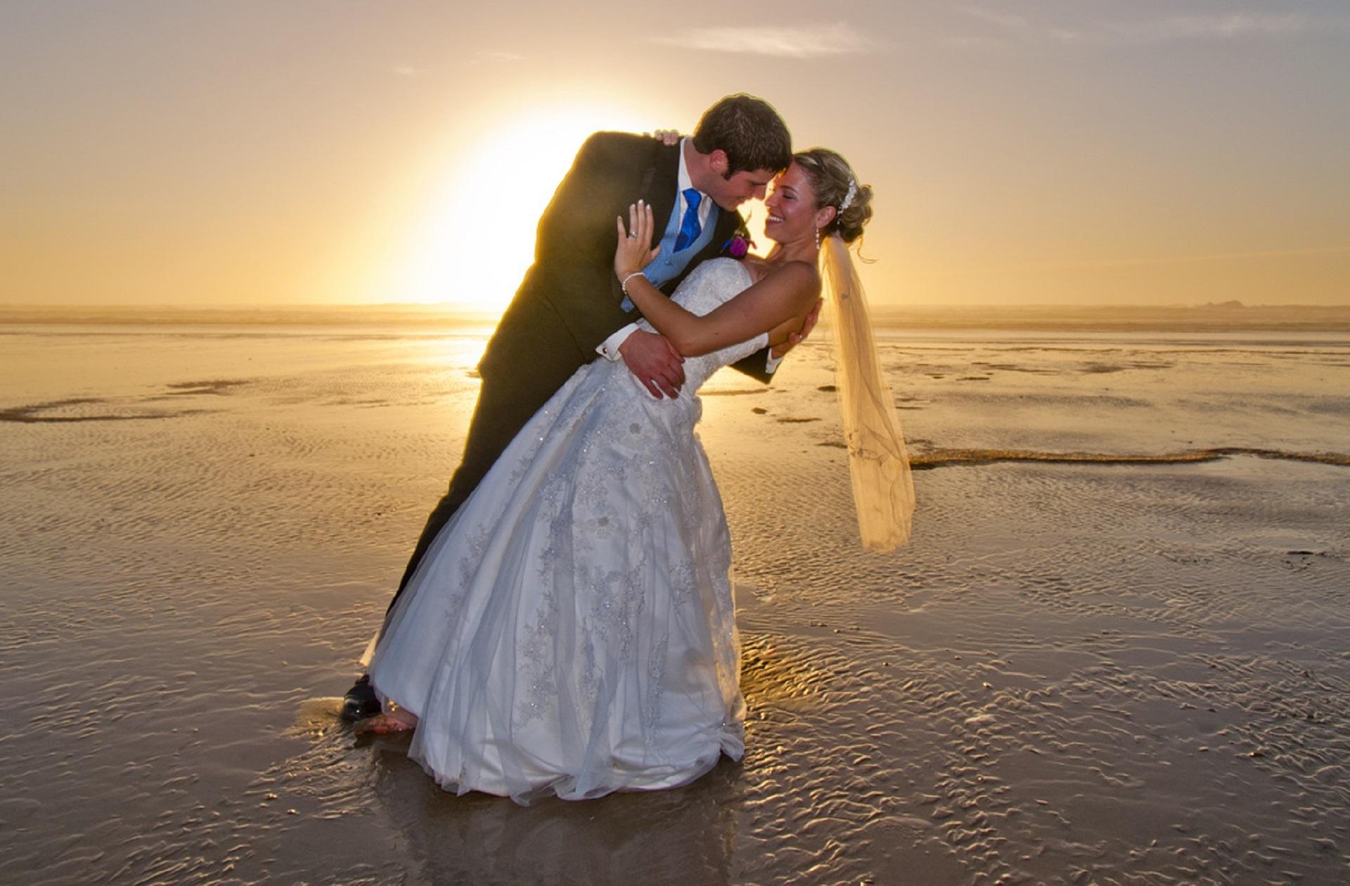 man-beach-sea-sand-ocean-woman-911700-pxhere.com