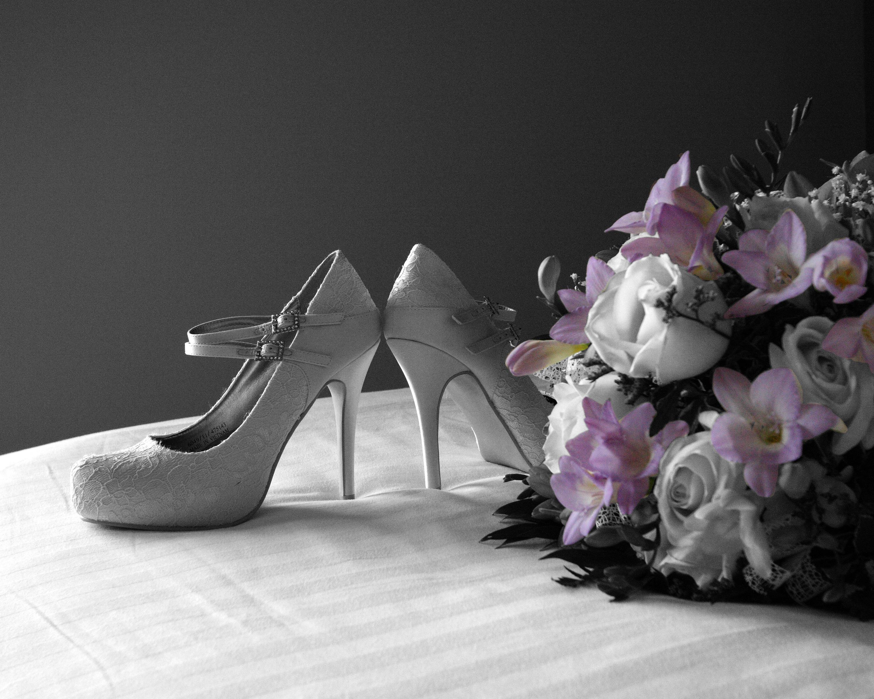 shoe-black-and-white-plant-white-flower-purple-1415937-pxhere.com